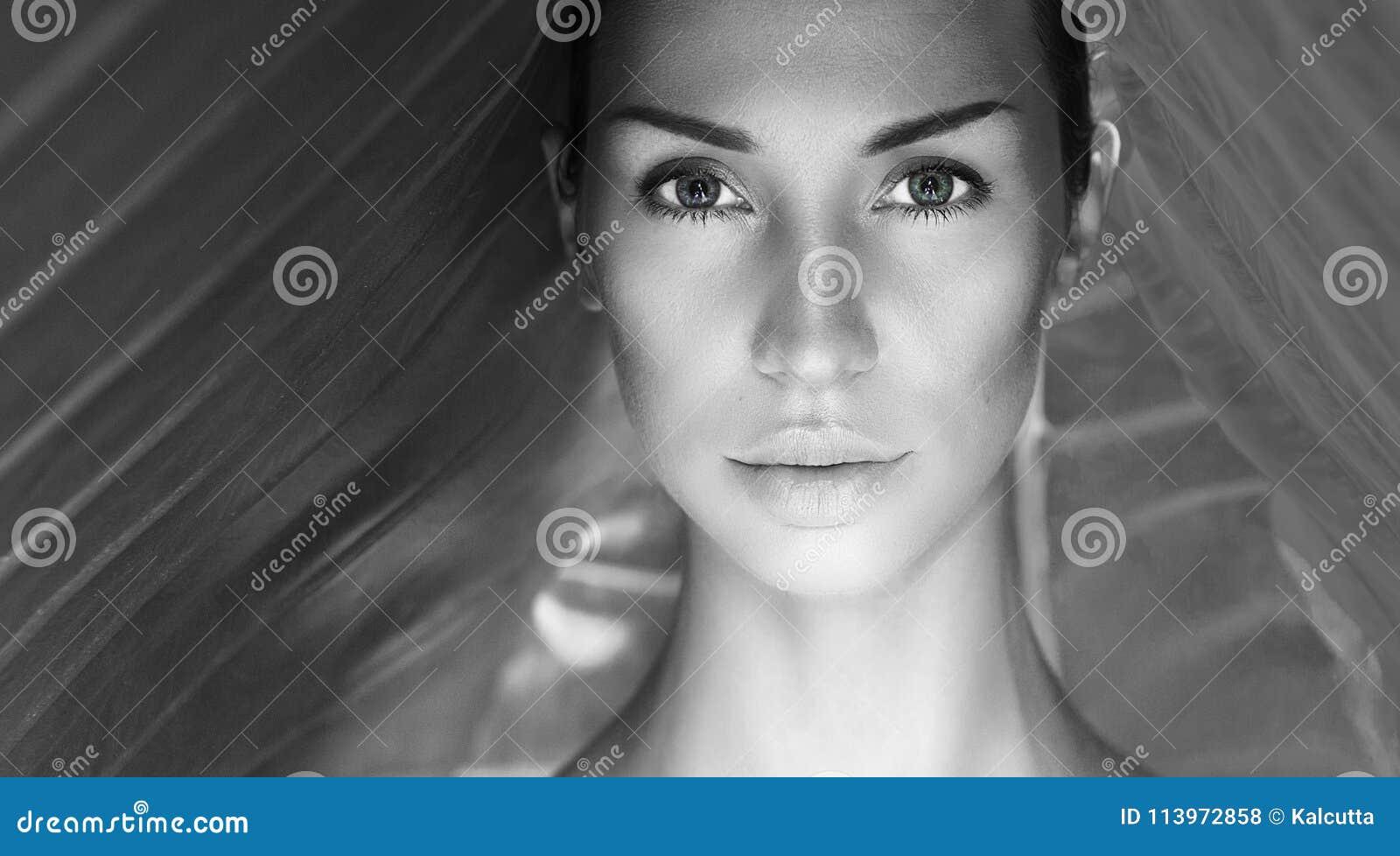 Bello ritratto sexy in bianco e nero della donna Fronte della donna con N