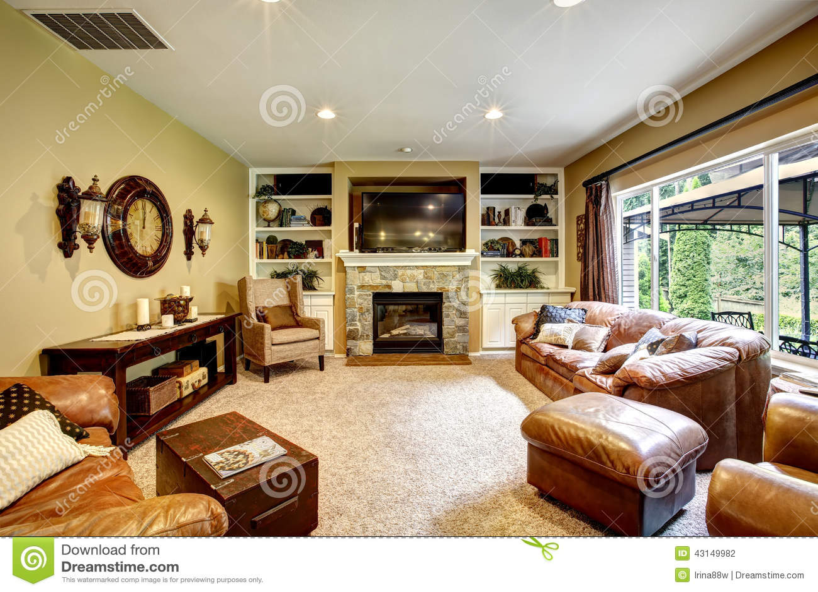 Bello salone con il camino e la tv fotografia stock for Arredamento salone con camino