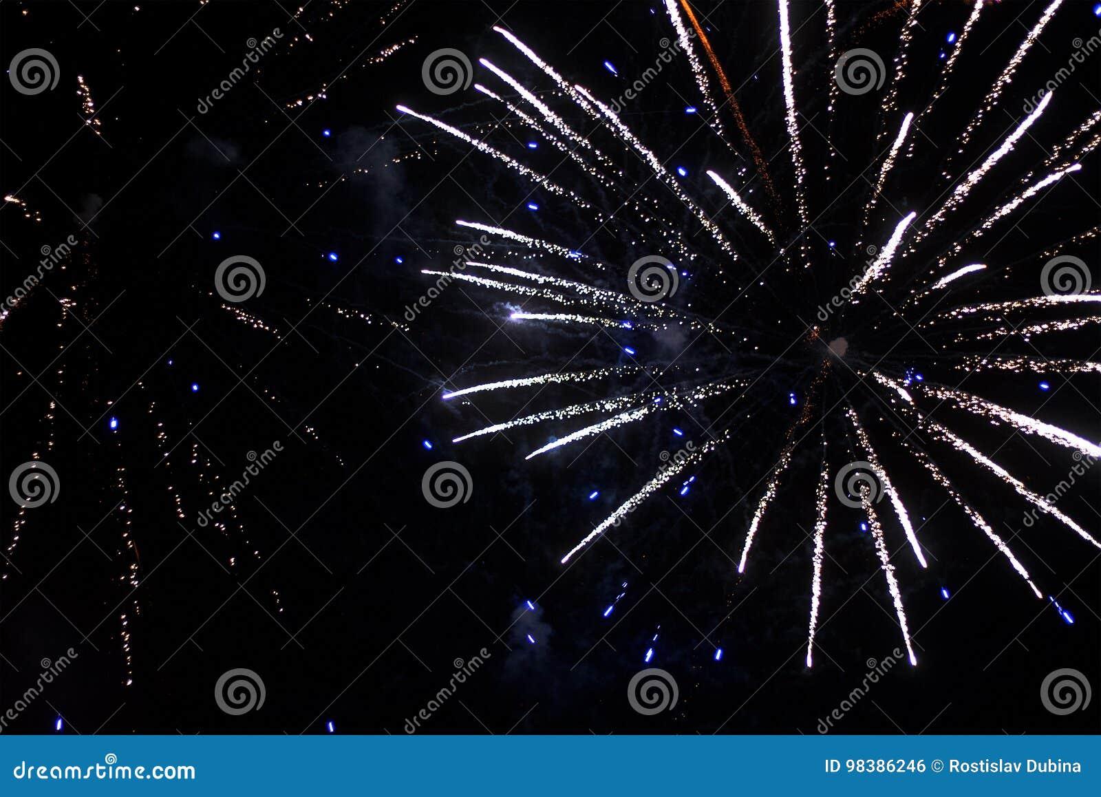 Bello saluto e fuochi d artificio con i precedenti neri del cielo Il fondo astratto di festa con i vari fuochi d artificio di col