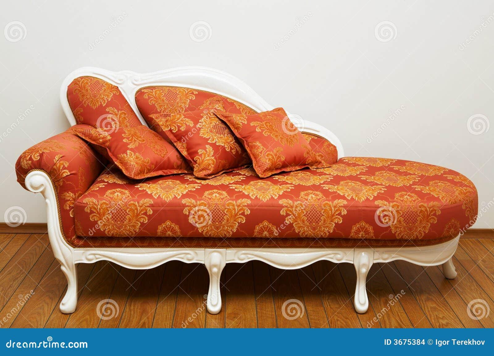 Download Bello sofà rosso fotografia stock. Immagine di mobilia - 3675384