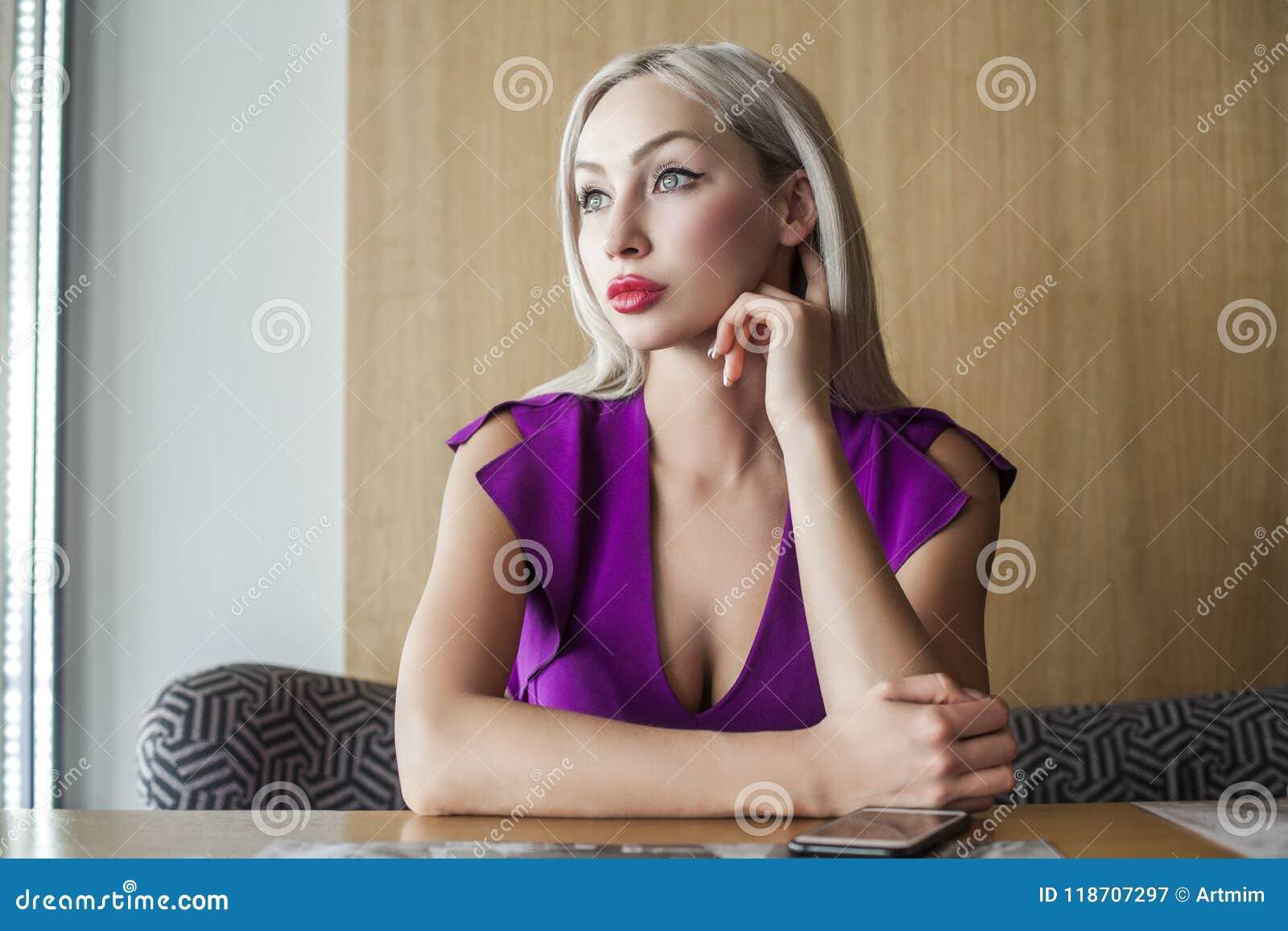 Bello sogno biondo della donna Ritratto dell interno