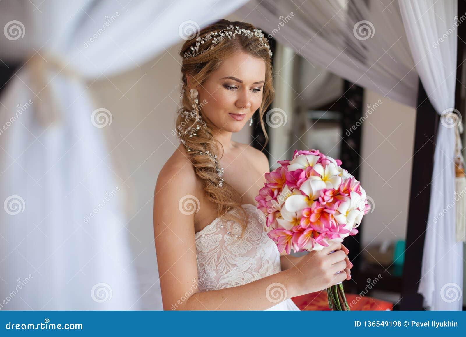 Bello sorriso della sposa e guardare ritenente così felicità nel giorno delle nozze