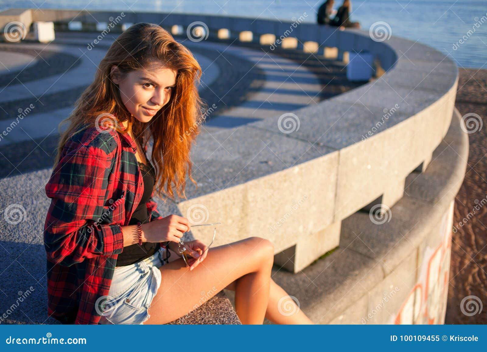 Bello stile dei pantaloni a vita bassa della ragazza Ritratto all aperto