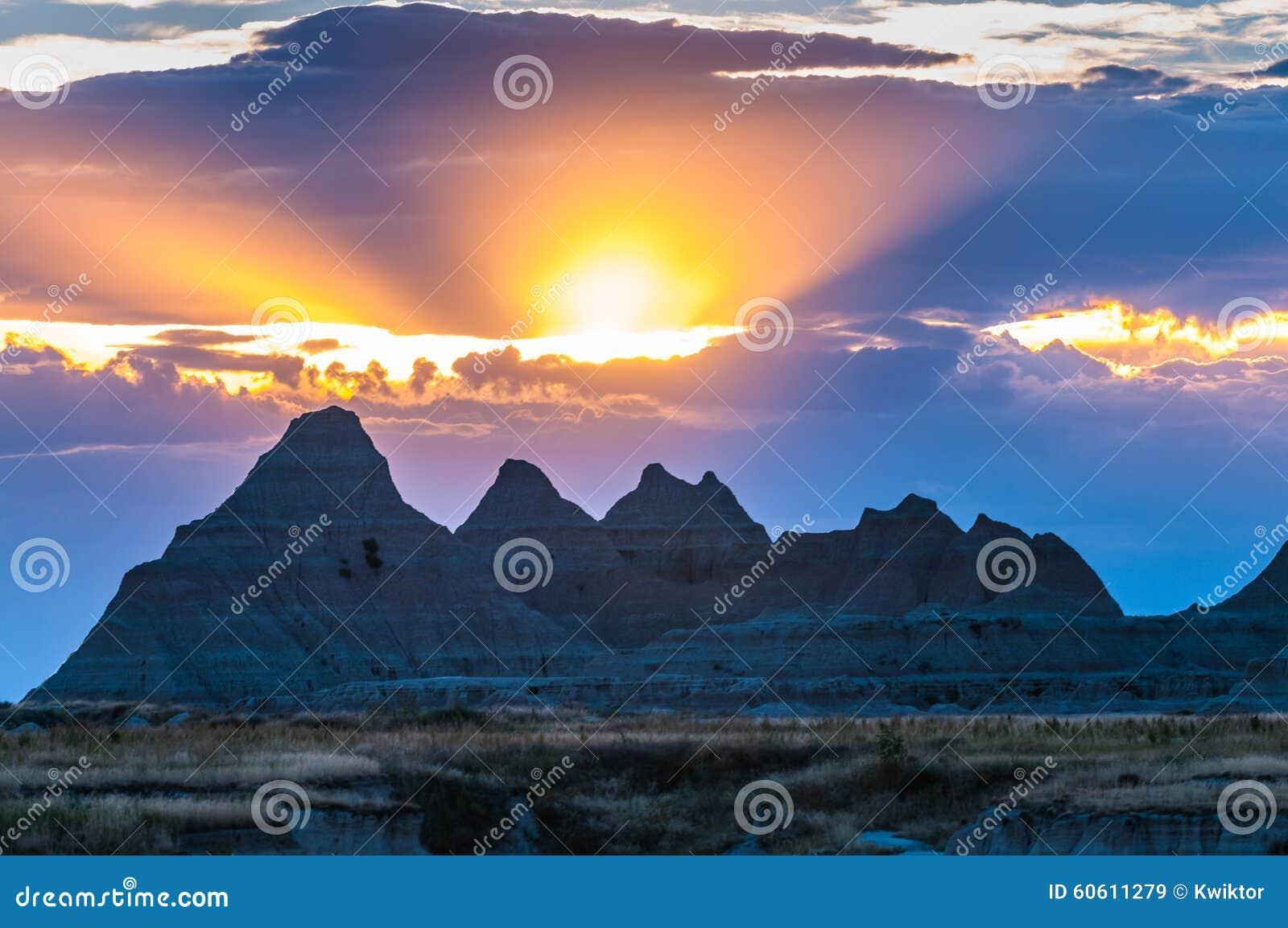 Bello Sud Dakota del parco nazionale dei calanchi di tramonto