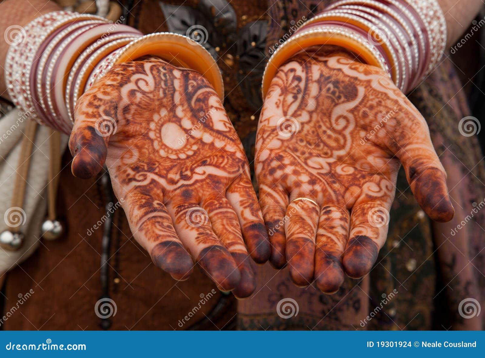 Bello tatuaggio floreale del hennè sopra