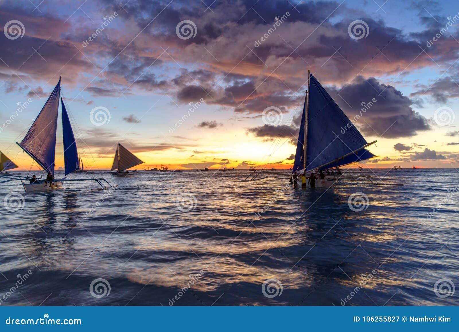 Bello tramonto alla spiaggia di bianco di Boracay