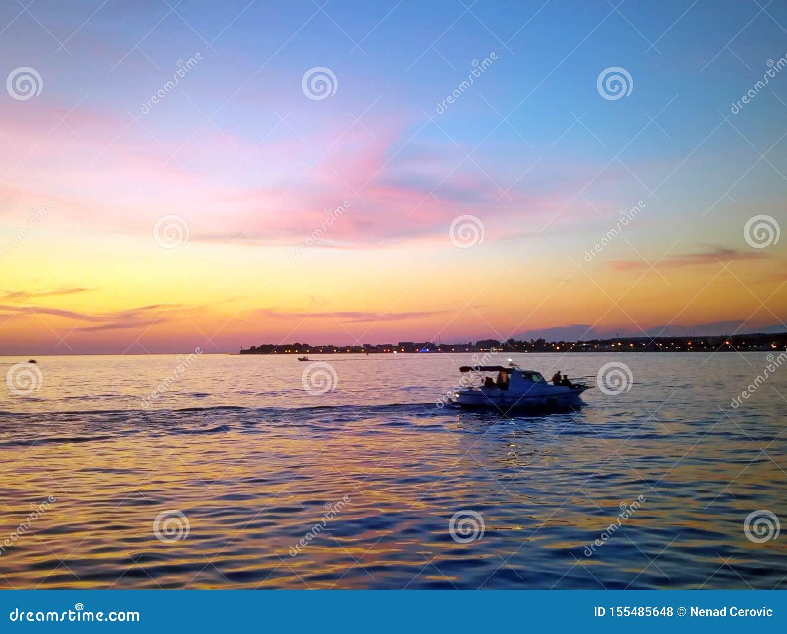 Bello tramonto di orizzonte sul mare adriatico
