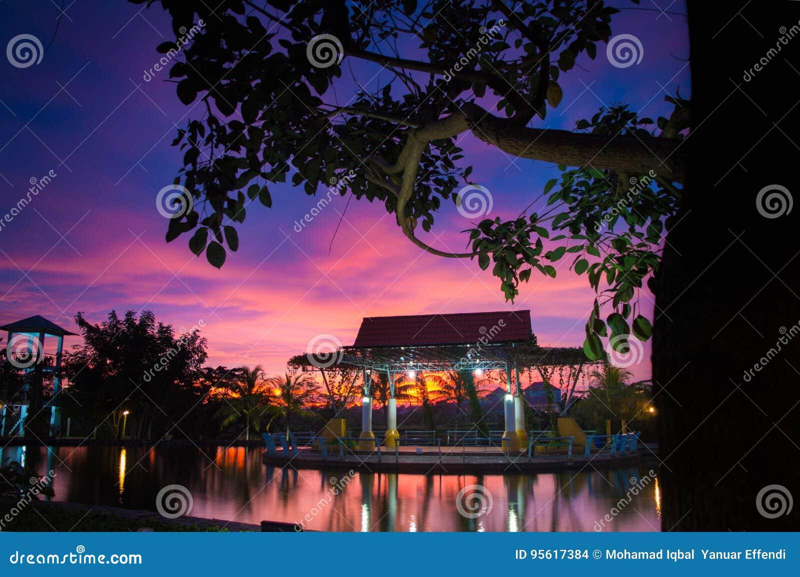 Bello tramonto nel parco del balekumambang