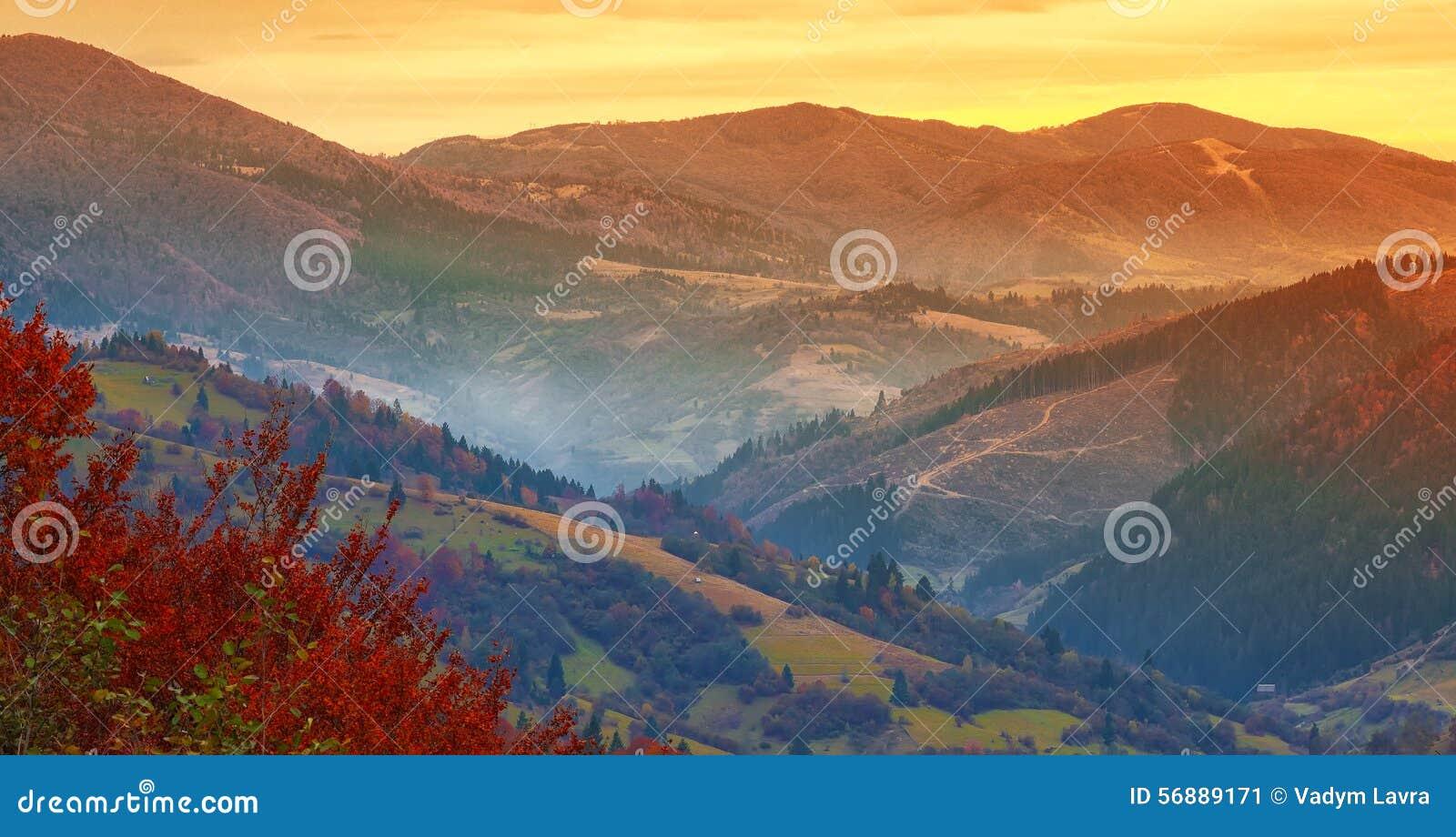 Bello tramonto nelle montagne in autunno