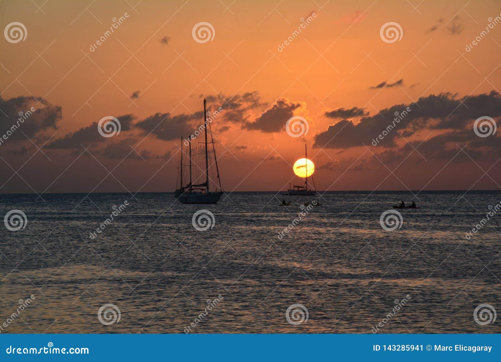 Bello tramonto sull isola del calafato di Caye a Belize
