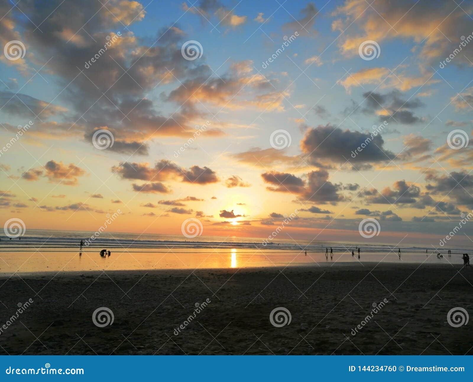Bello tramonto sulla spiaggia