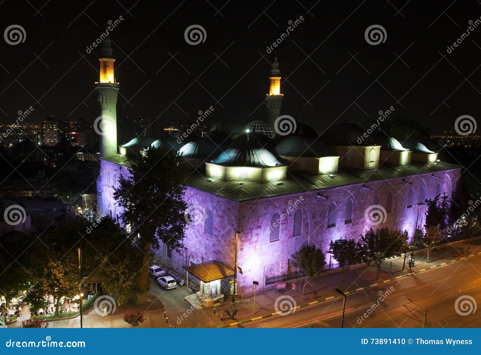 Bello Ulu Camii (grande moschea di Bursa) a nightime a Bursa in Turchia