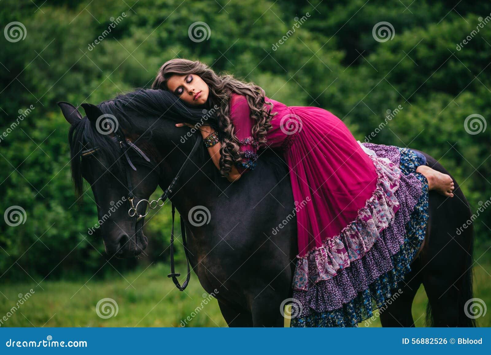 Bello zingaro in vestito viola