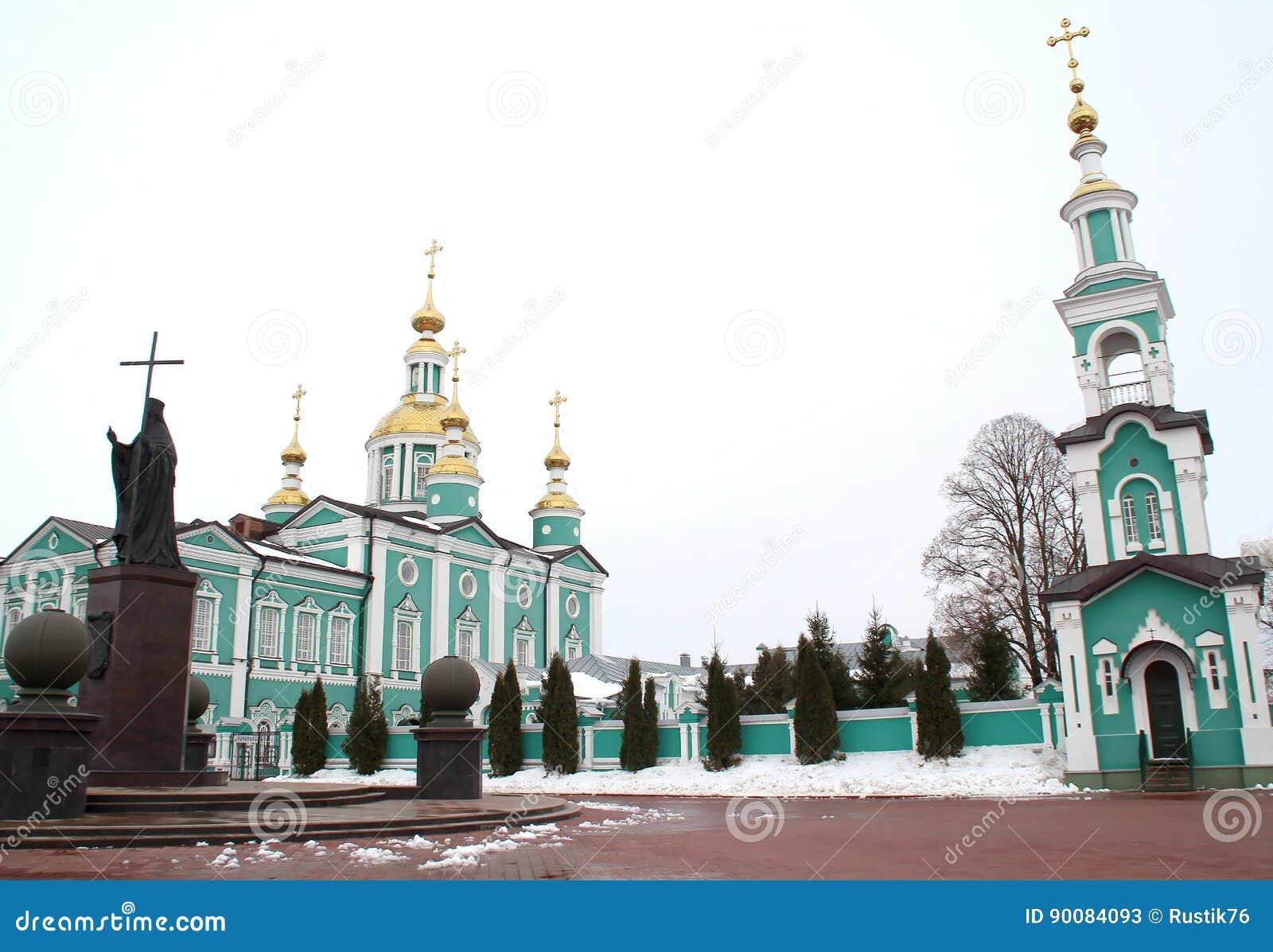 Belltower y monumento al santo Pitirim Obispo de Tambov El Wonderworker 1644-1697
