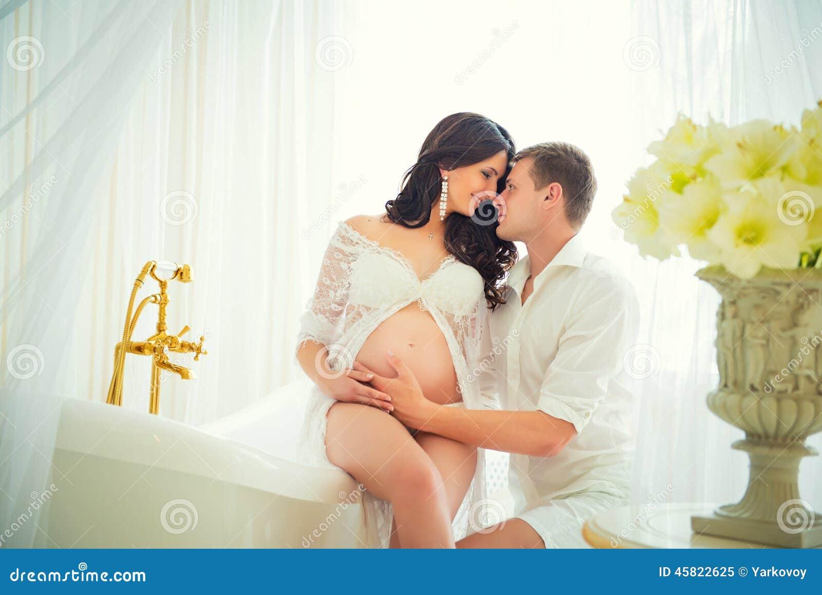 Фото беременной пары в студии