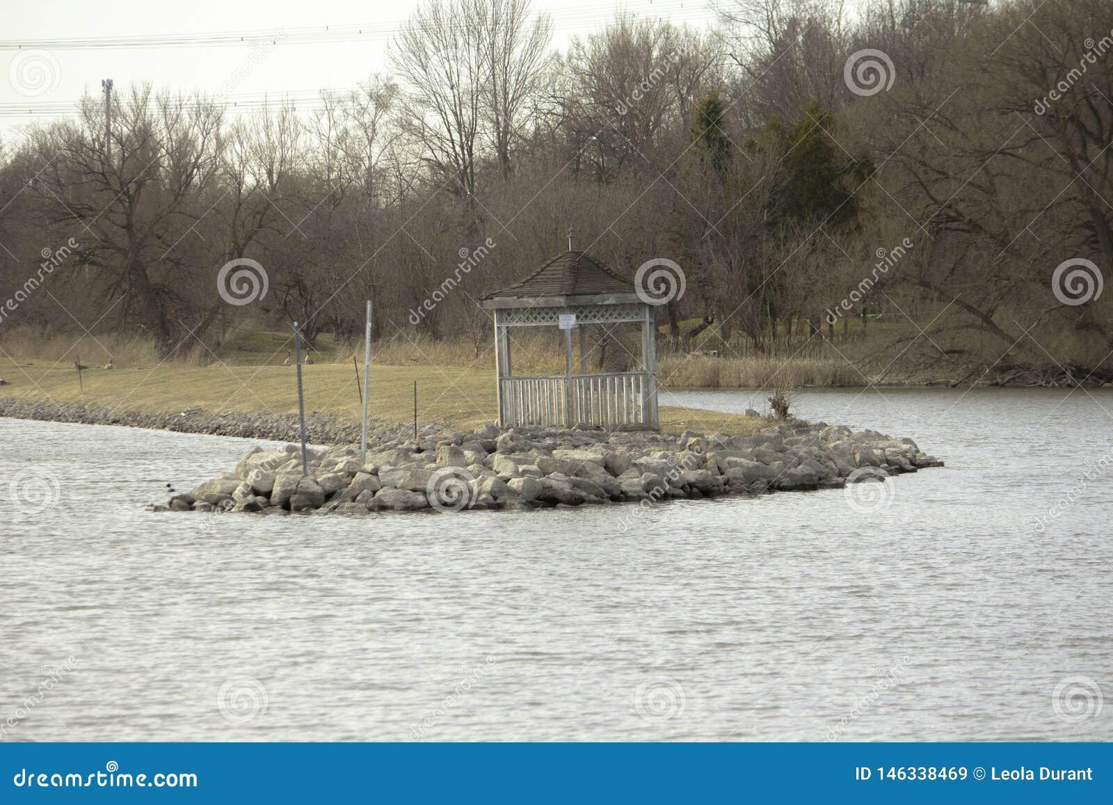 Belvédère au bord de l eau