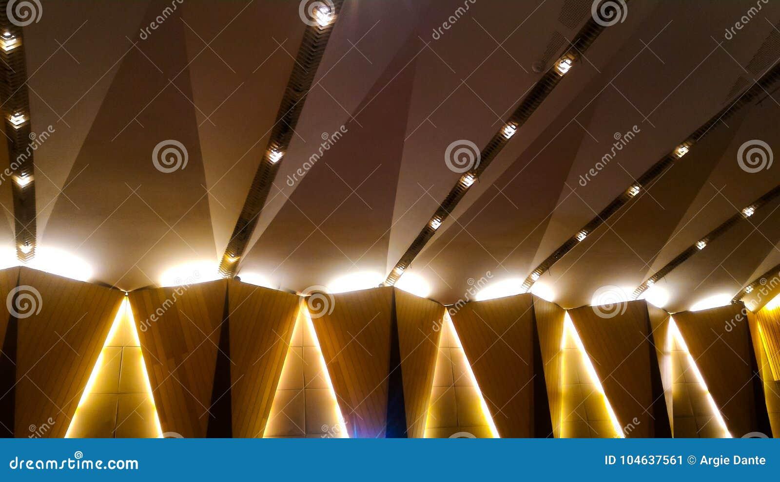Belysningfasta tillbehör på väggen och taket av en byggnad