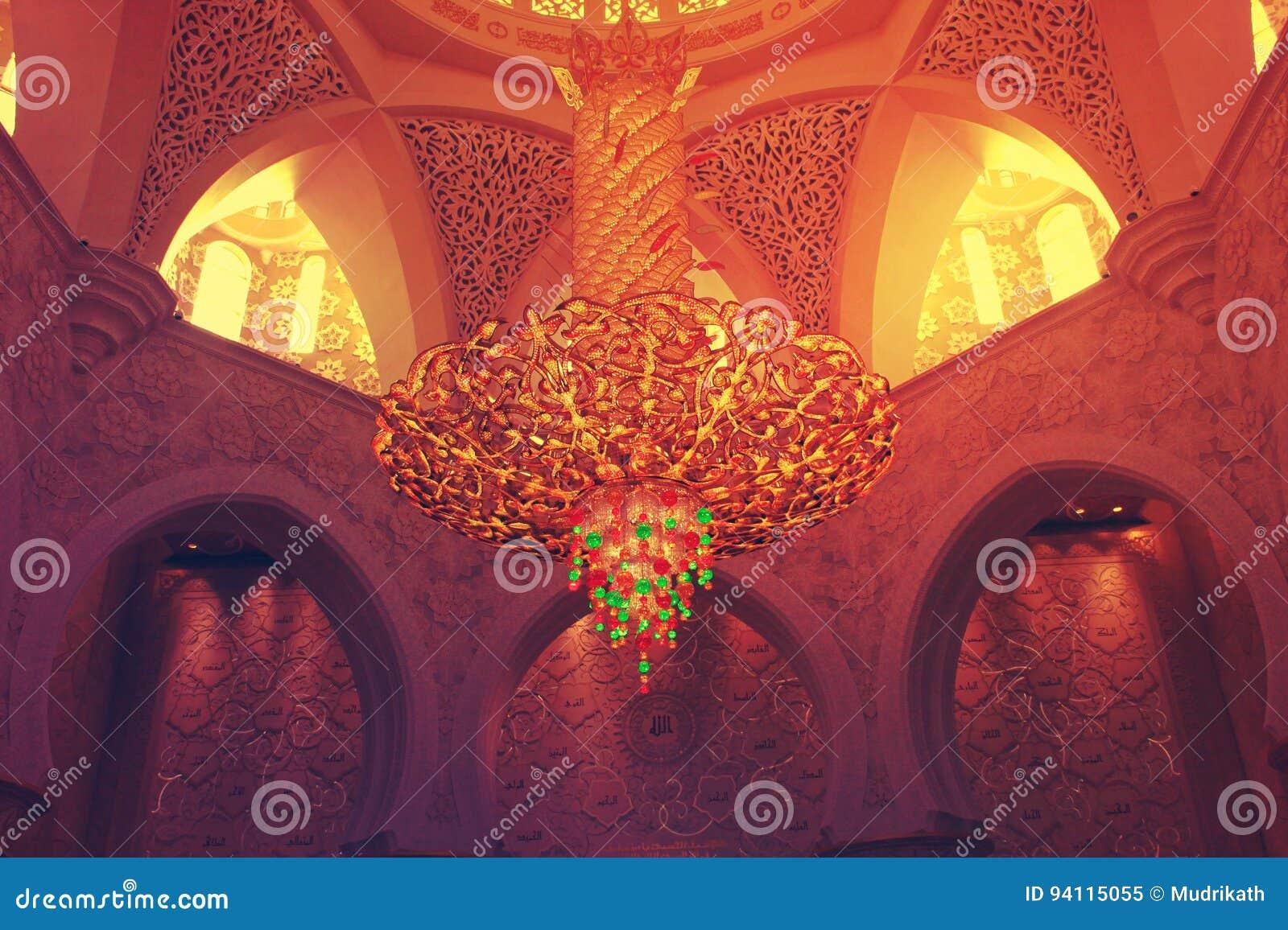 BELYSNINGSUTRUSTNING inom den största moskén av UAE, STORSLAGEN MOSKÉ för SCHEJK som ZAYED lokaliseras i ABU DHABI