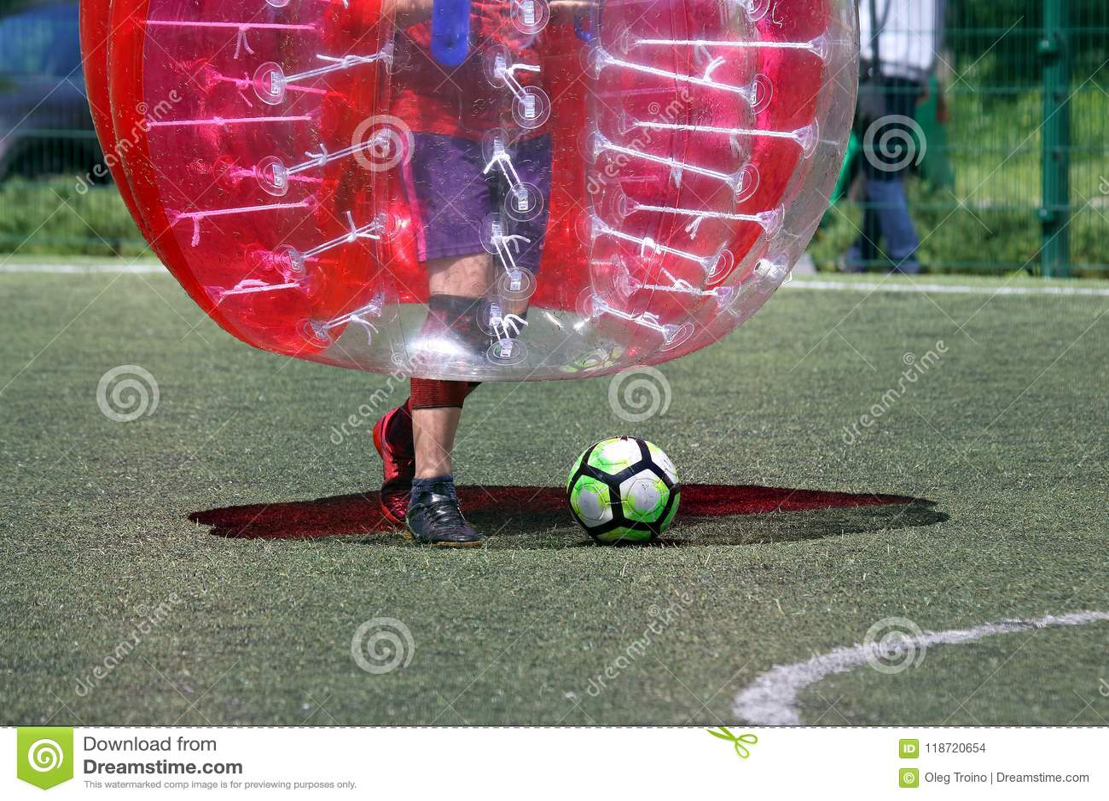 Bemannen Sie auf einem Sportfeld, das im Stoßball spielt