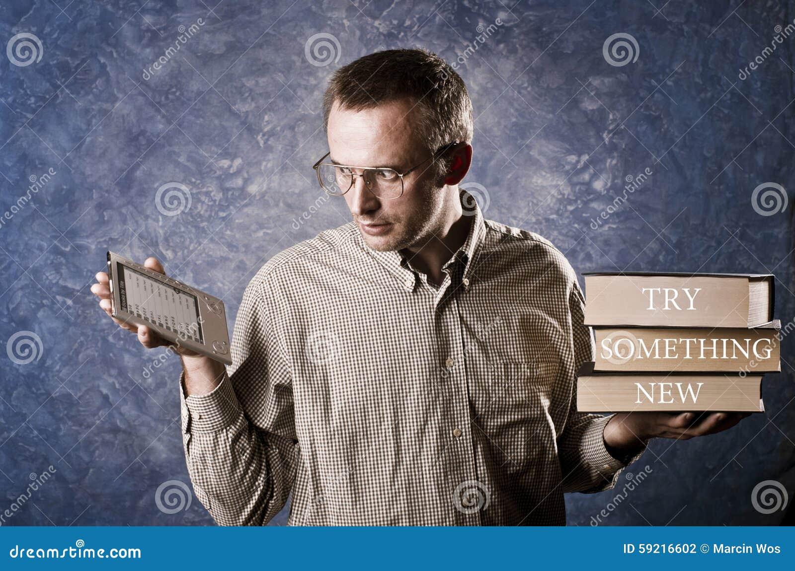 Bemannen Sie auf hellem und handlichem ebook Leser fokussiert werden und schwere Bücher in anderer Hand halten, Versuch etwas neu