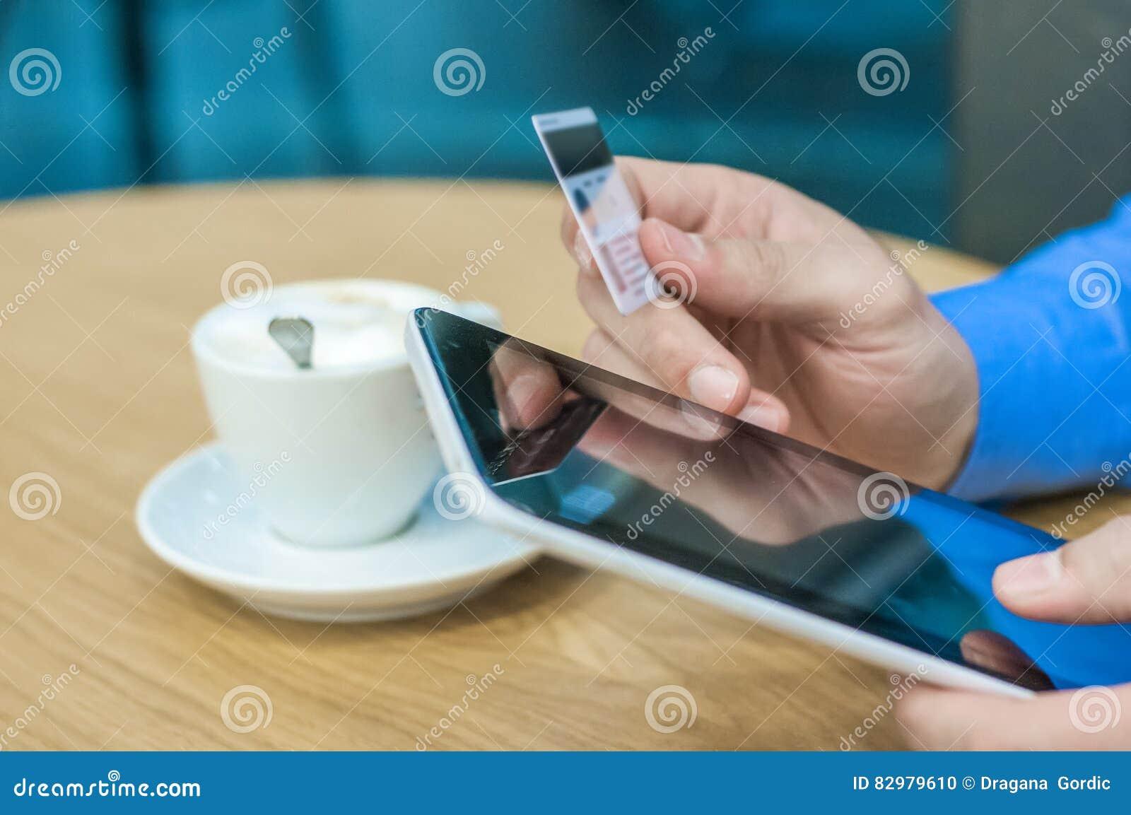 Bemannen Sie das Einkaufen unter Verwendung des Tabletten-PC und der Kreditkarteinnennahaufnahme
