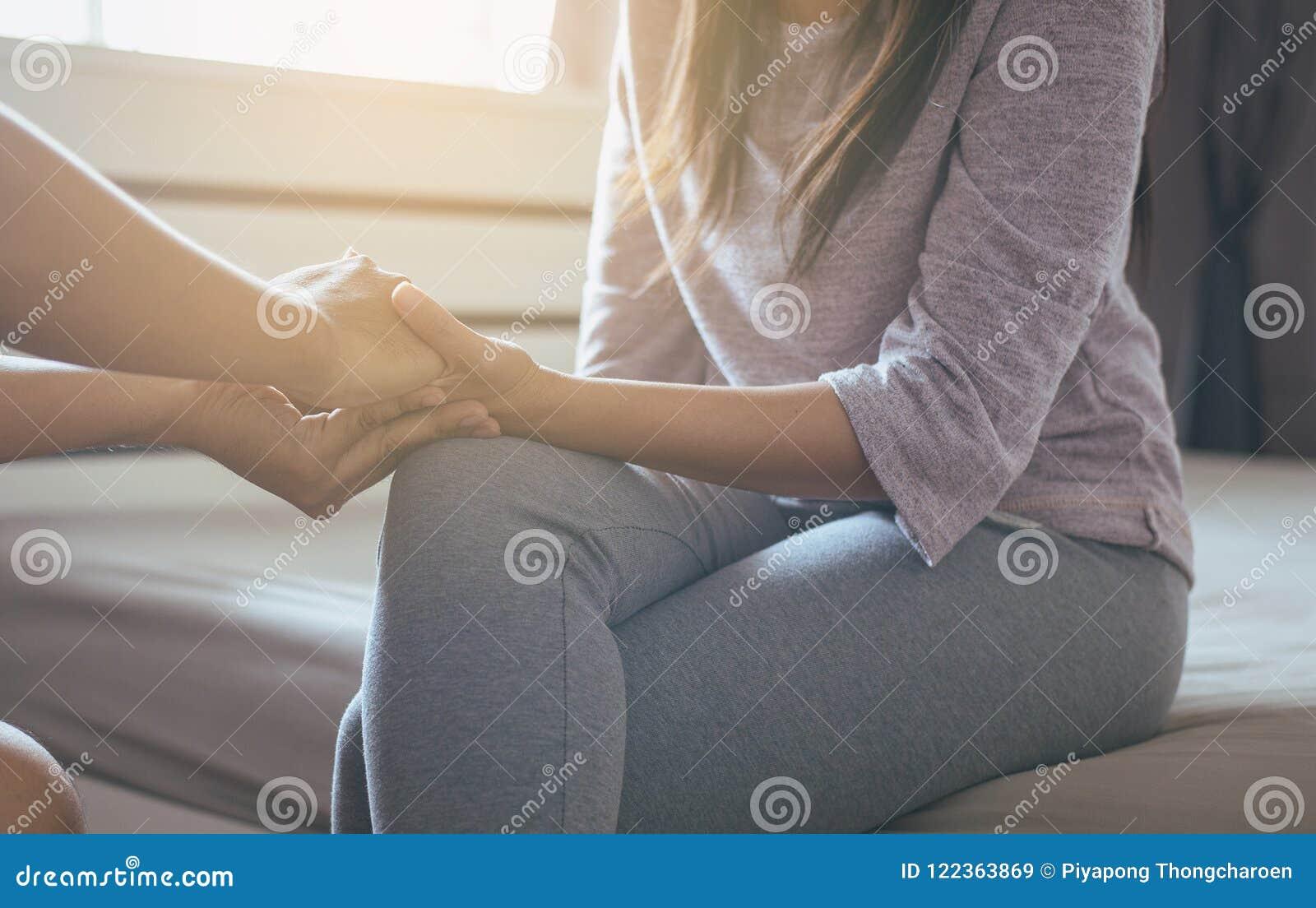 Bemannen Sie das Geben deprimiertem Frauenpatienten der Hand, der persönlichen Entwicklung einschließlich Lebensberatungstherapie