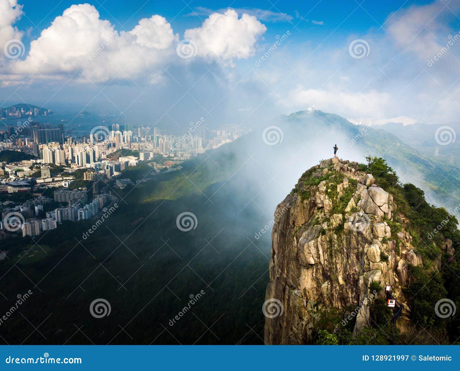 Bemannen Sie das Genießen von Hong Kong-Stadtansicht von der Löwefelsenantenne