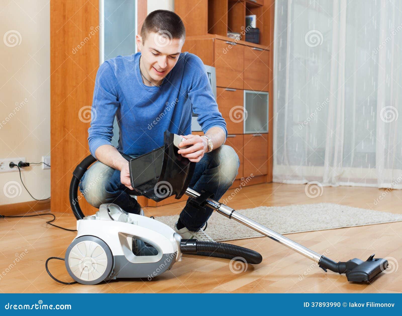 bemannen sie das staub saugen mit staubsauger auf parkettboden in lebenro stockfoto bild 37893990. Black Bedroom Furniture Sets. Home Design Ideas