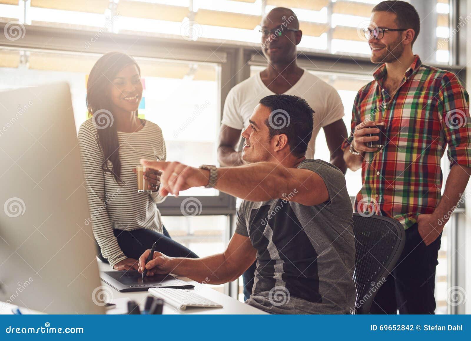 Bemannen Sie das Zeigen etwas auf seinem Computer zu einer Gruppe