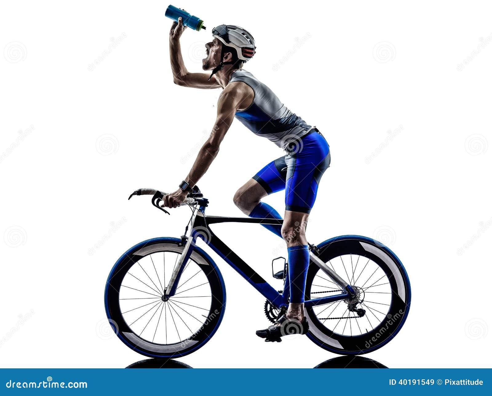 Bemannen Sie die Triathloneisenmann-Athletenradfahrer, die das Trinken radfahren
