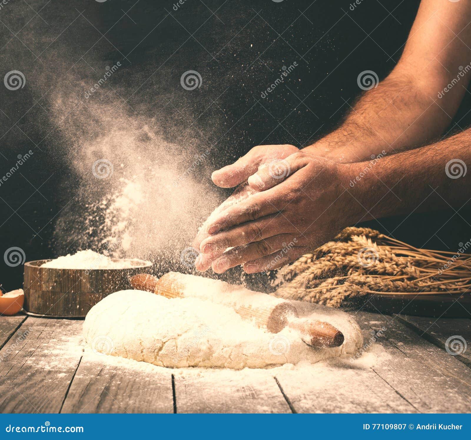 Bemannen Sie die Zubereitung des Brotteigs auf Holztisch in einer Bäckerei