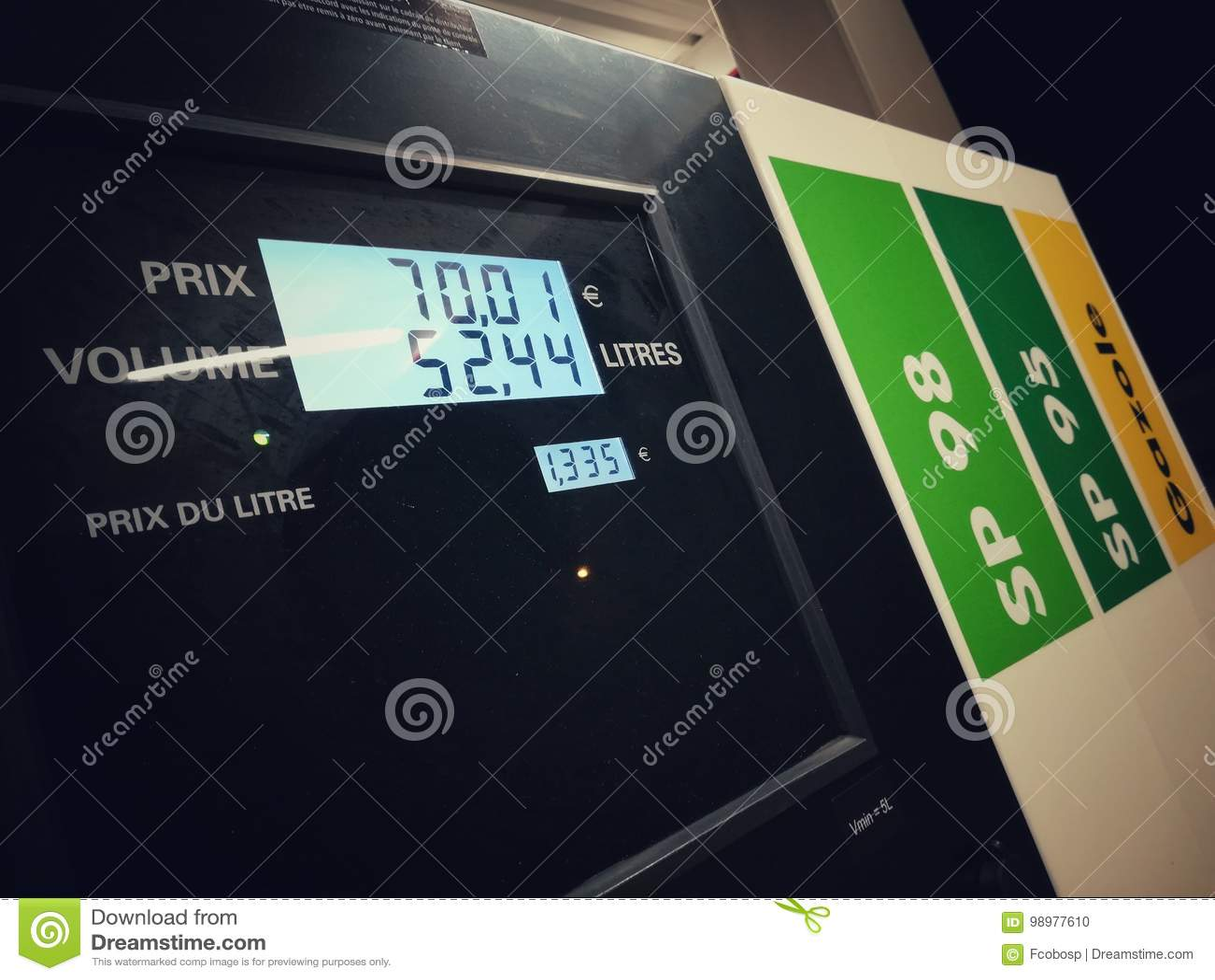 Bemannen Sie füllenden Benzinkraftstoff in der Autoholdingdüse