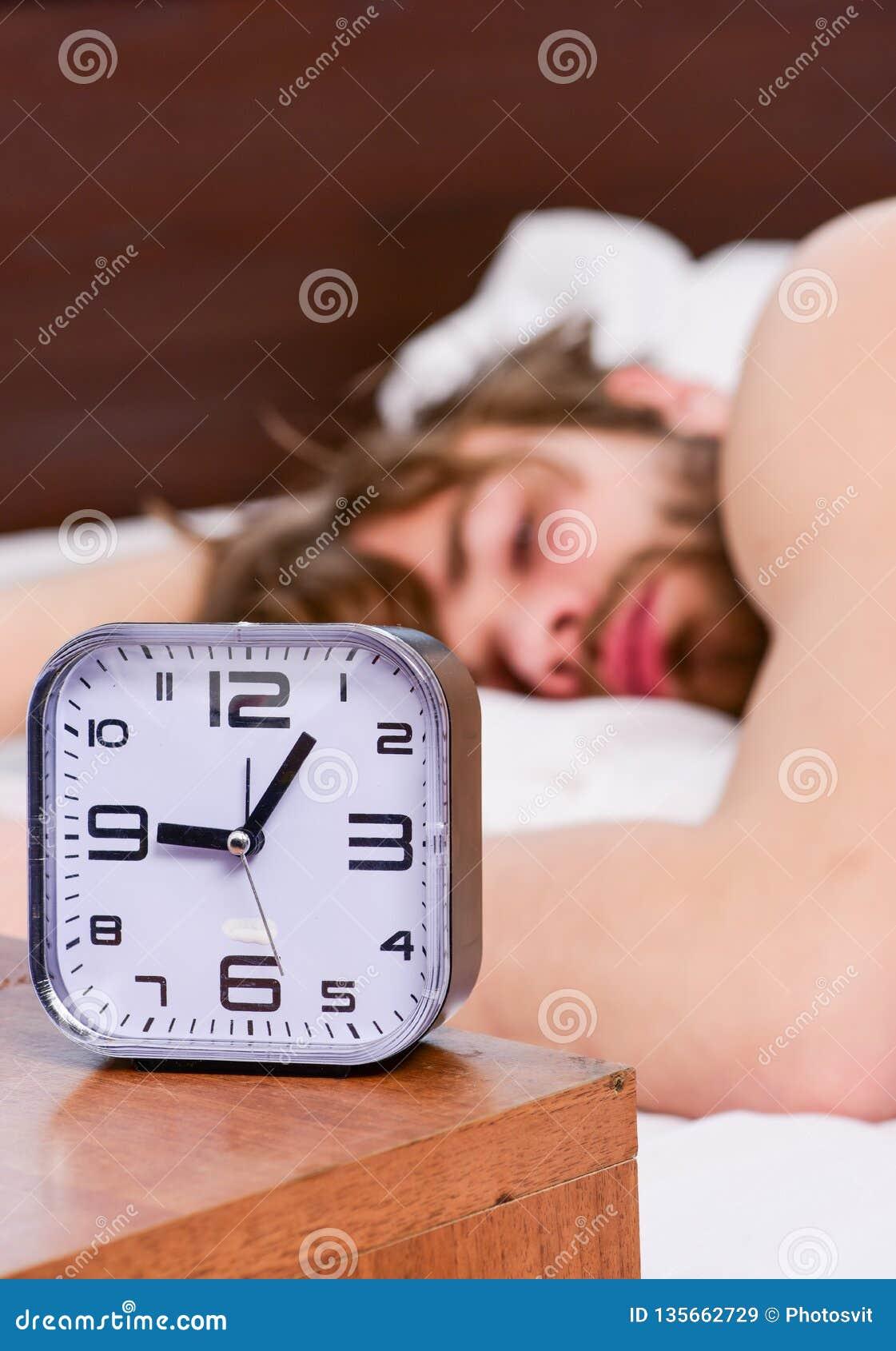 Bemannen Sie glaubenden hinteren Schmerz im Bett, nachdem Sie geschlafen haben Ausdehnung nach morgens aufwachen Porträt eines Ma