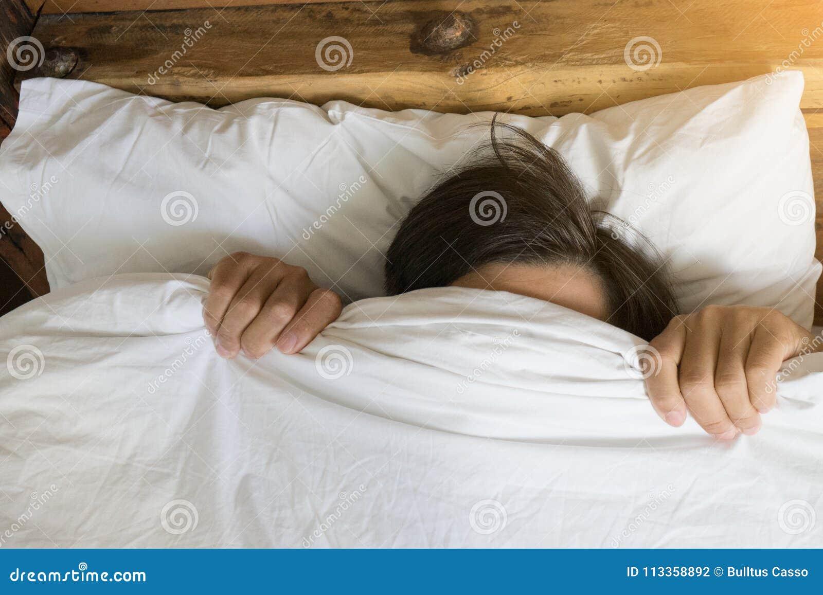 Bemannen Sie Im Bett Zu Hause Sich Verstecken Unter Der Decke
