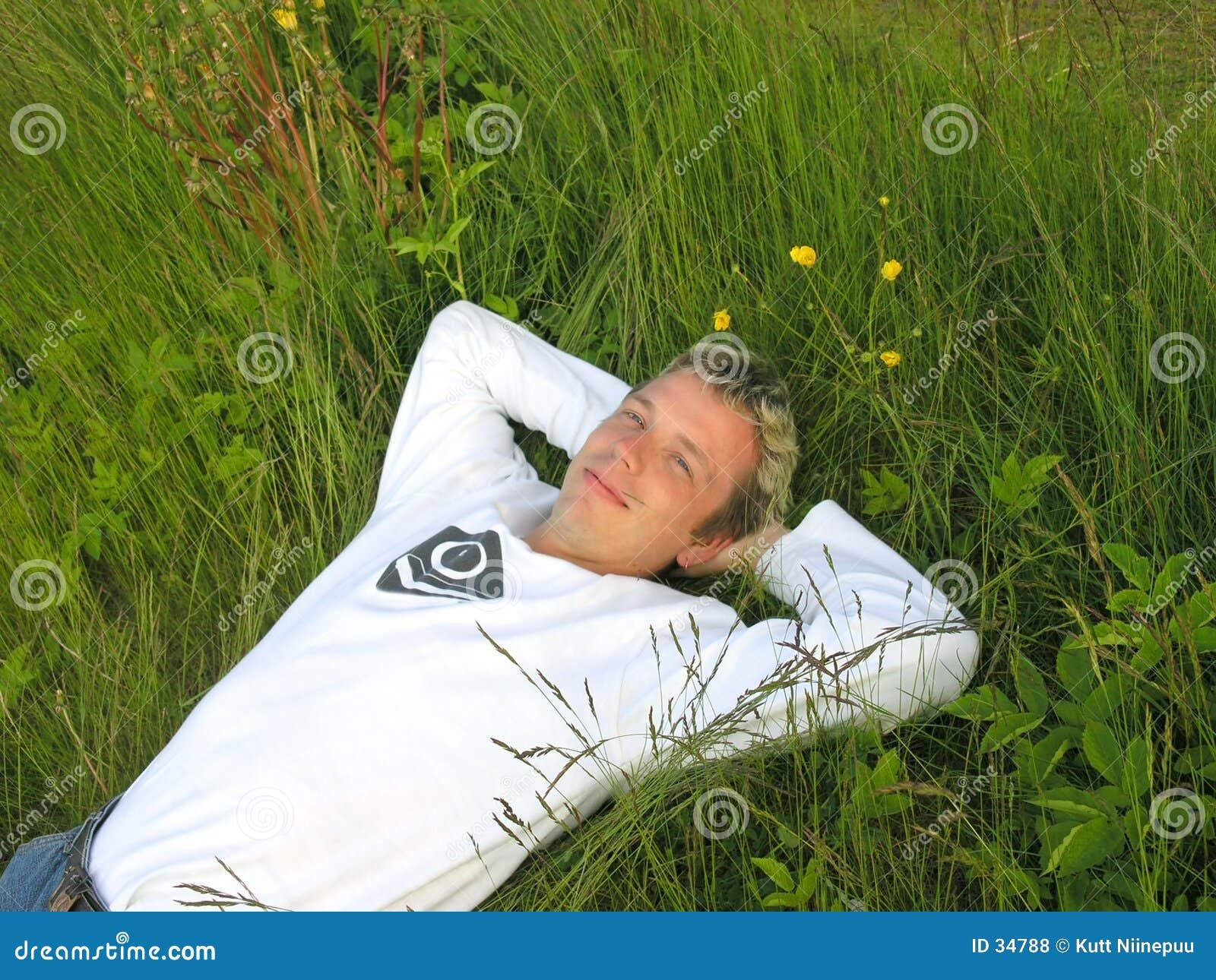Bemannen Sie im Gras 2
