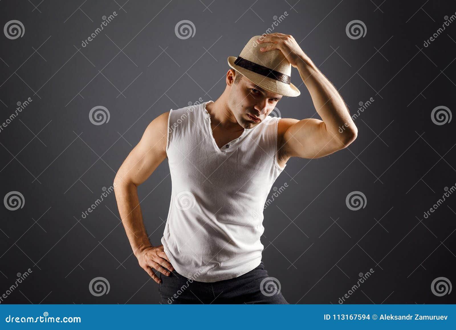 Bemannen Sie Mode-Modell, stilvolle junger Mann tragende Fedorahutstellung