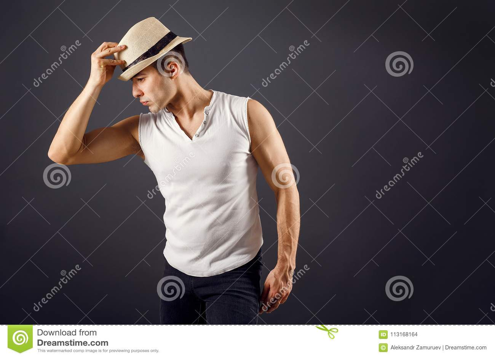 Bemannen Sie Mode-Modell, stilvollen junger Mann tragenden Fedorahut