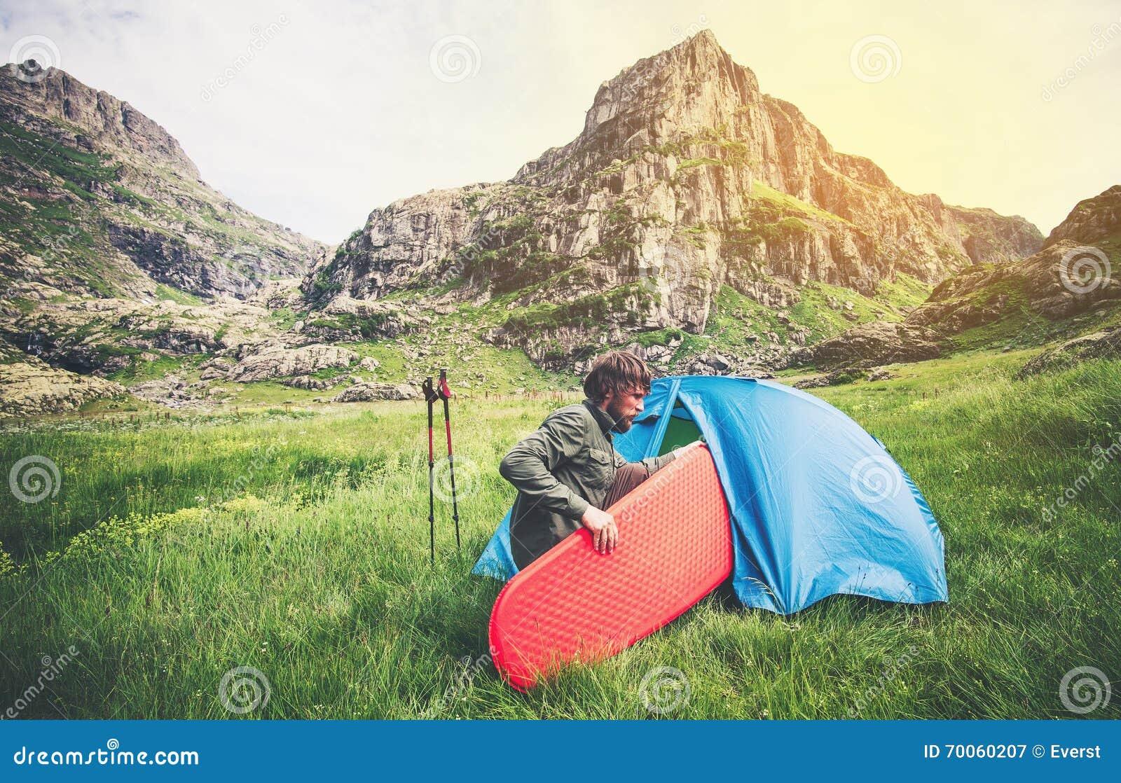 Bemannen Sie Reisenden mit kampierendem Ausrüstungsmatratze und -zelt Reise-Lebensstil im Freien