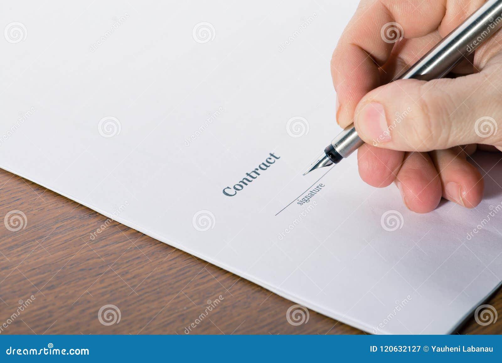 Bemannen Sie ` s Hand mit einem Stiftzeichen ein Vertrag