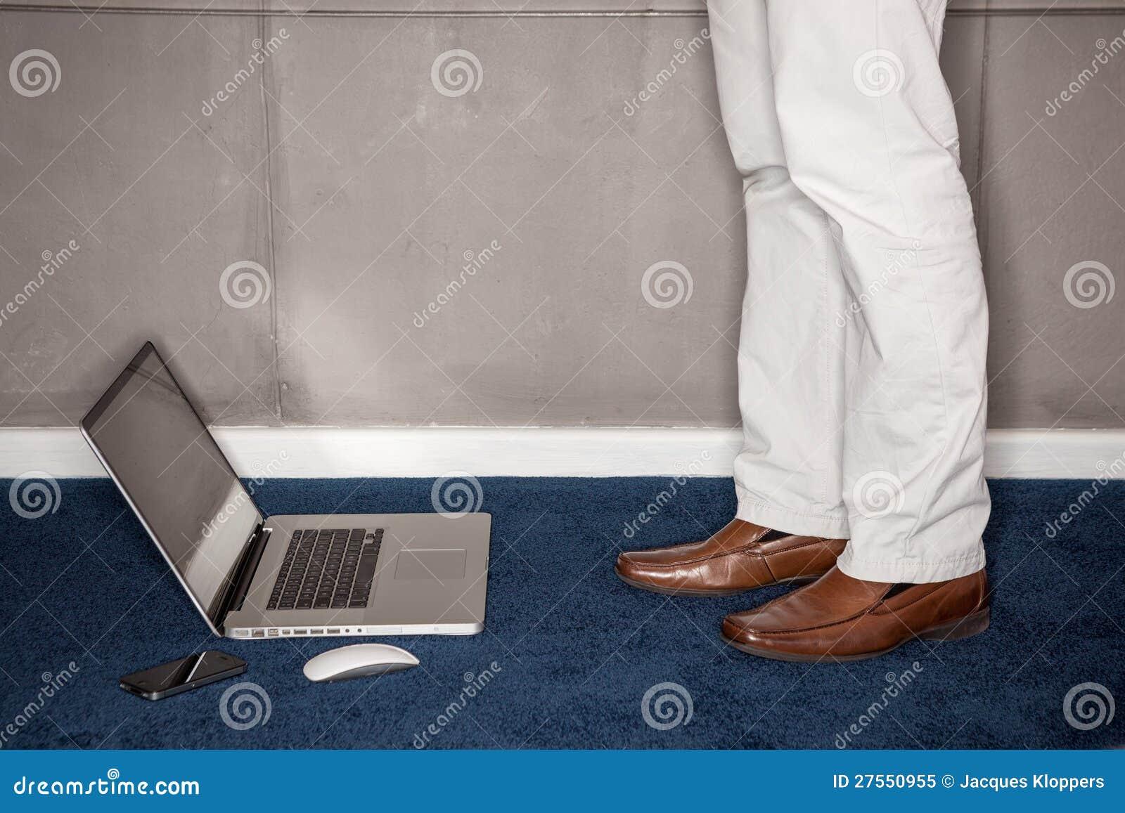 Bemannen Sie Stellung Mit Laptop Im Büro Stockbild Bild Von