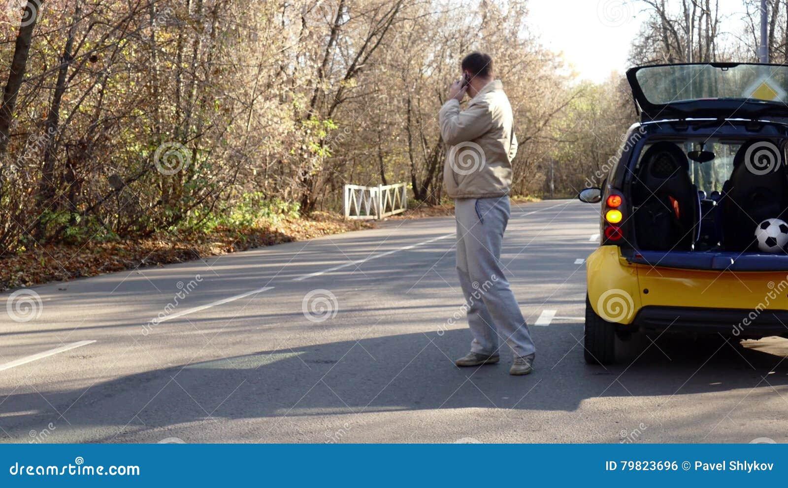 Bemannen Sie Wartehilfe Nahe Durch Brocken Auto Auf Dem Waldweg