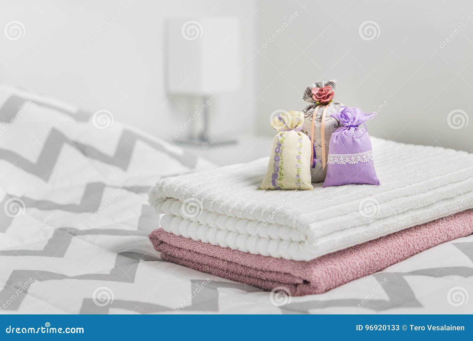 bemerkte sachets op handdoeken op bed geurige zakken voor comfortabel huis droge lavendel in decoratiezakken in