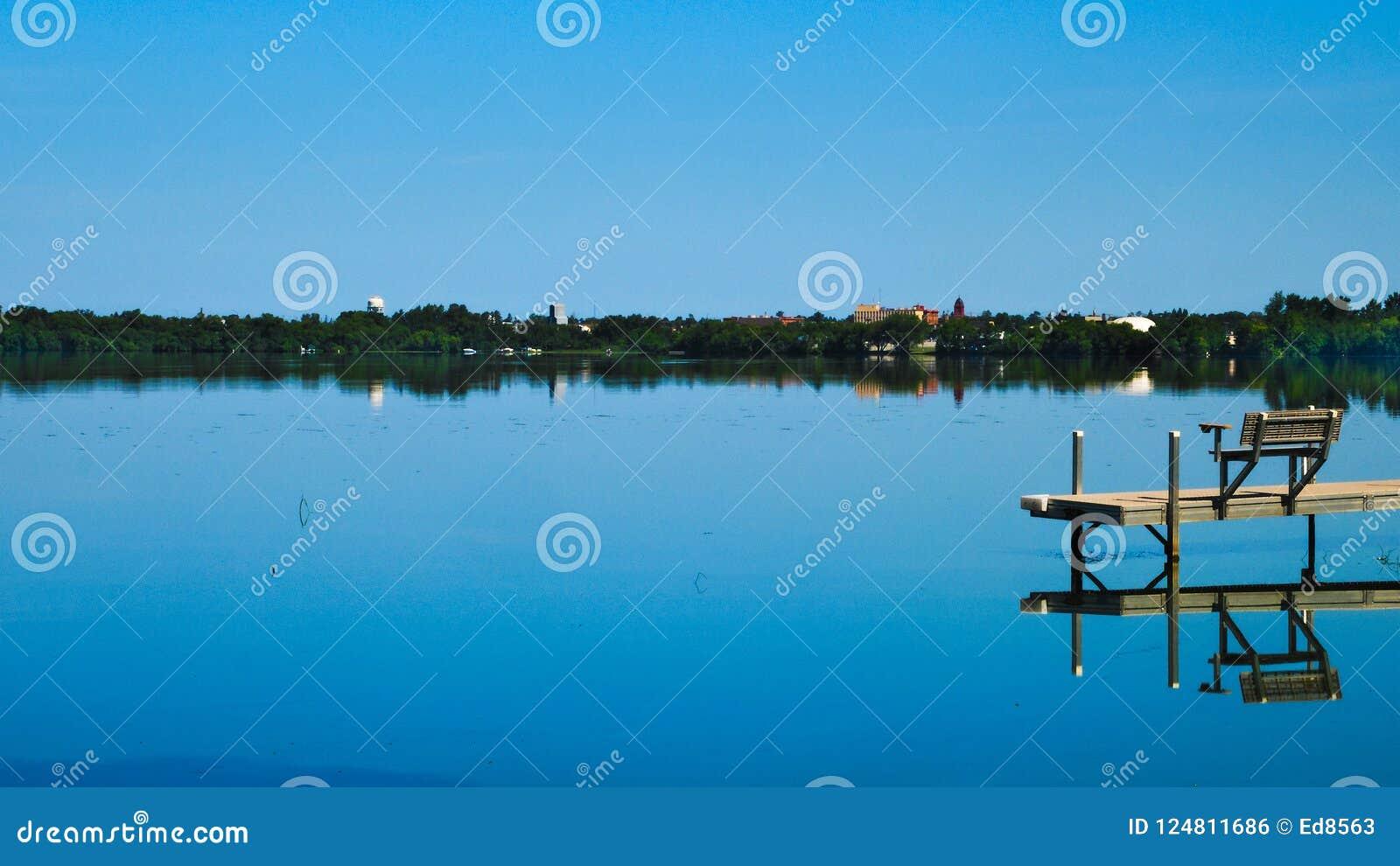 Bemidji, Минесота через озеро Ирвинга на солнечный день