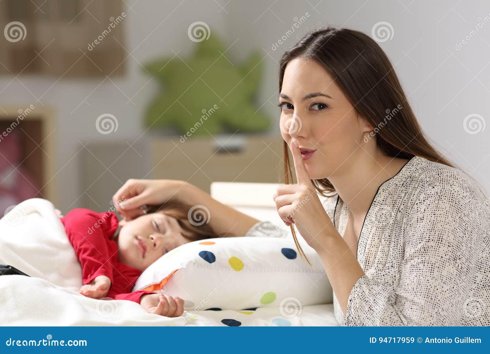 Bemuttern Sie das Bitten um Ruhe mit ihrem Kleinkindschlafen
