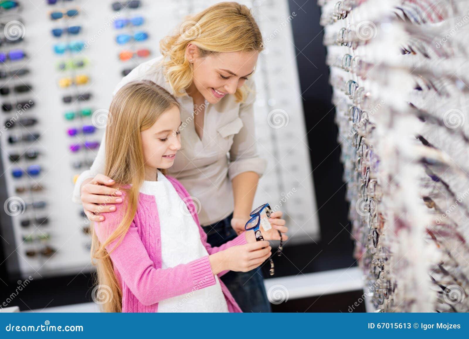 Bemuttern Sie Helfen Ihrem Mädchen, Guten Rahmen Für Brillen Zu ...