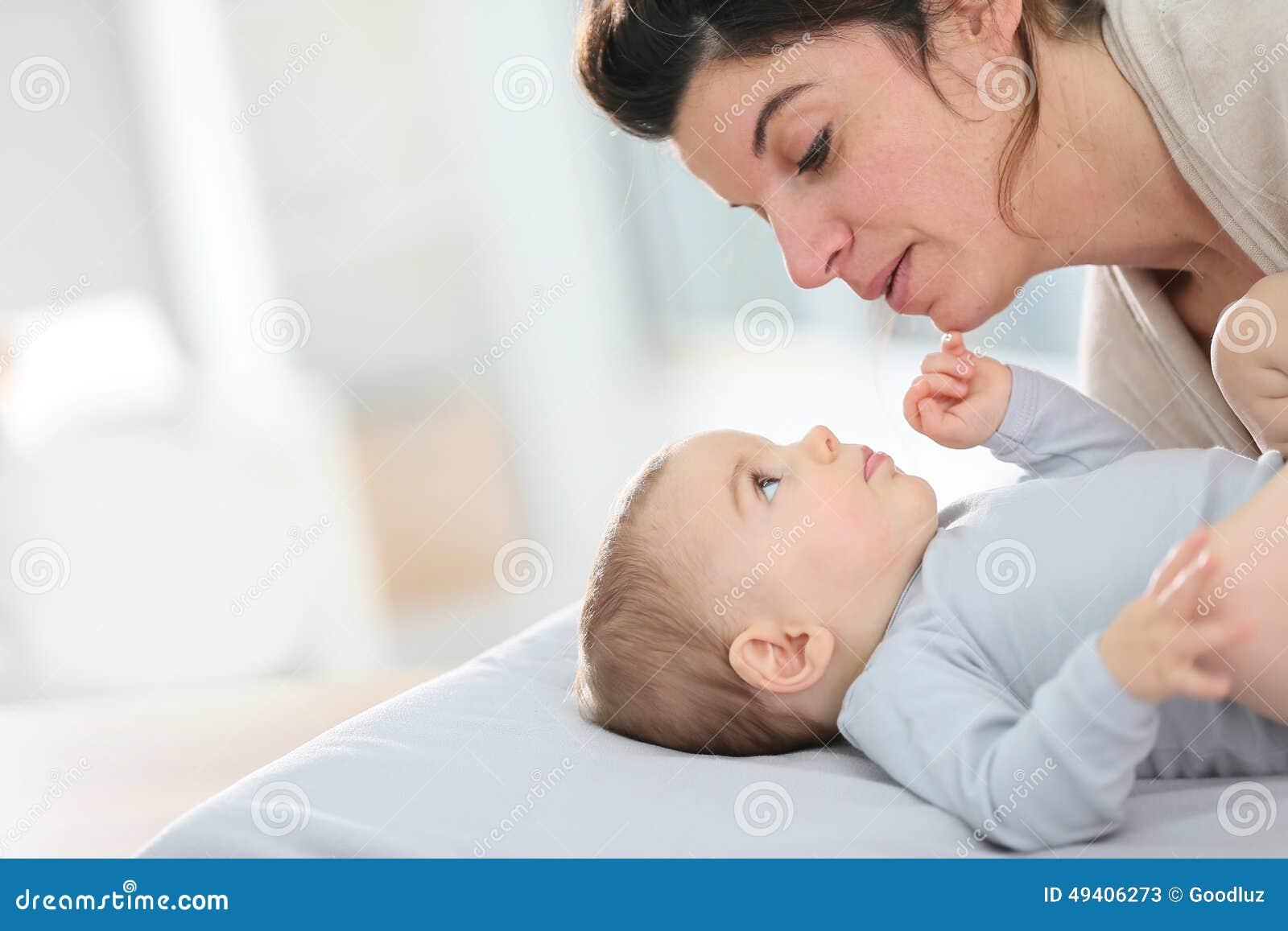 Download Bemuttern Sie Und Ihr Baby, Das Auf Eine ändernde Tabelle Streichelt Stockbild - Bild von ändern, kind: 49406273