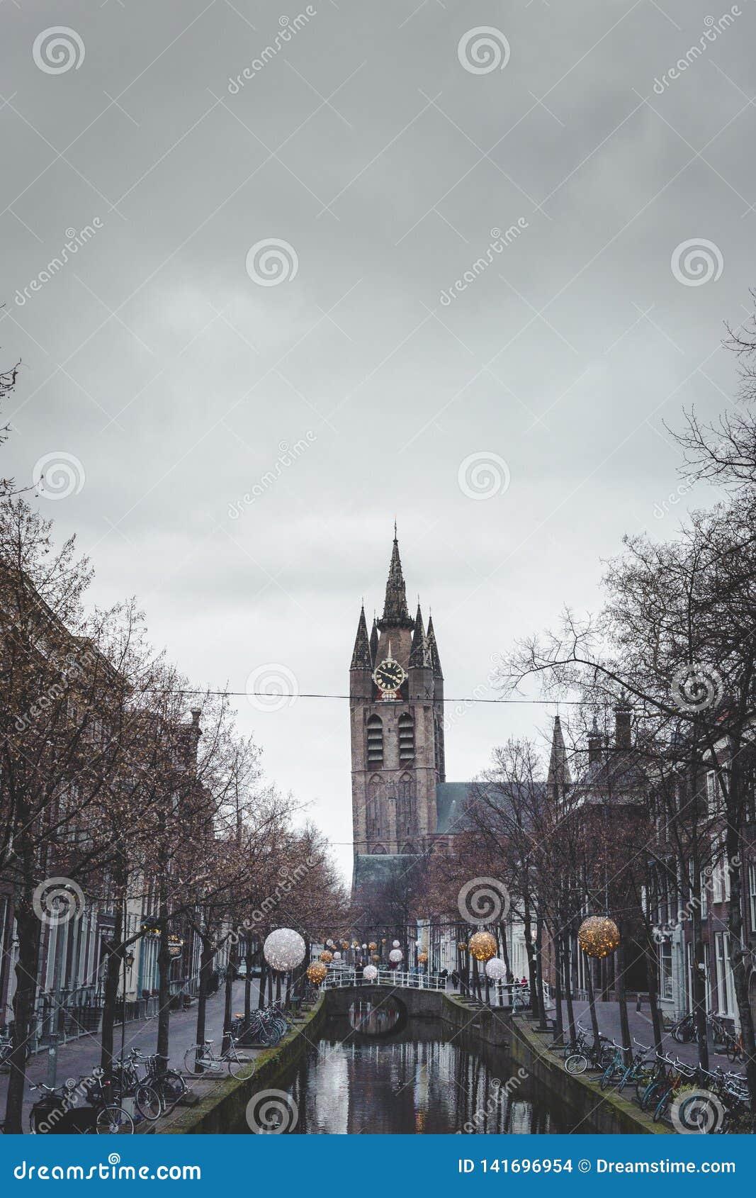Benägenhettorn av den gamla kyrkan på den Oude delftfajanskanalen Oude Kerk delftfajans aan de Oude Delftfajans