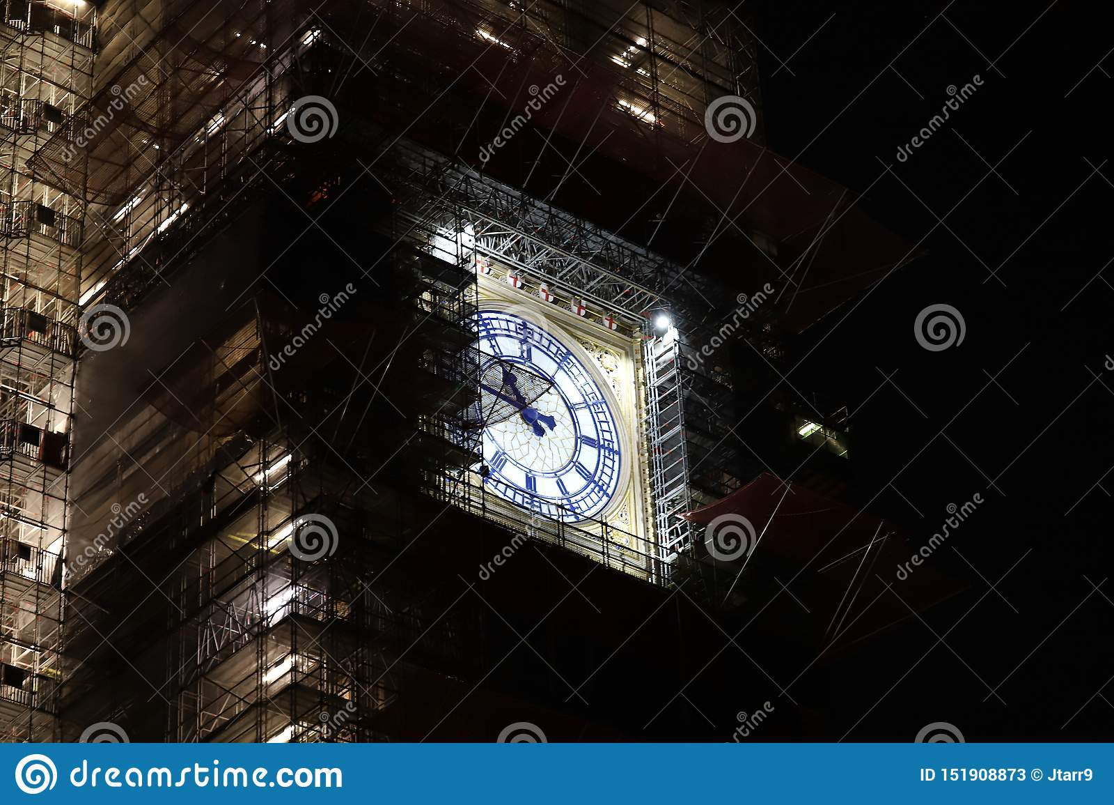 Ben Clock Tower Illuminated grande en la noche debajo del andamio