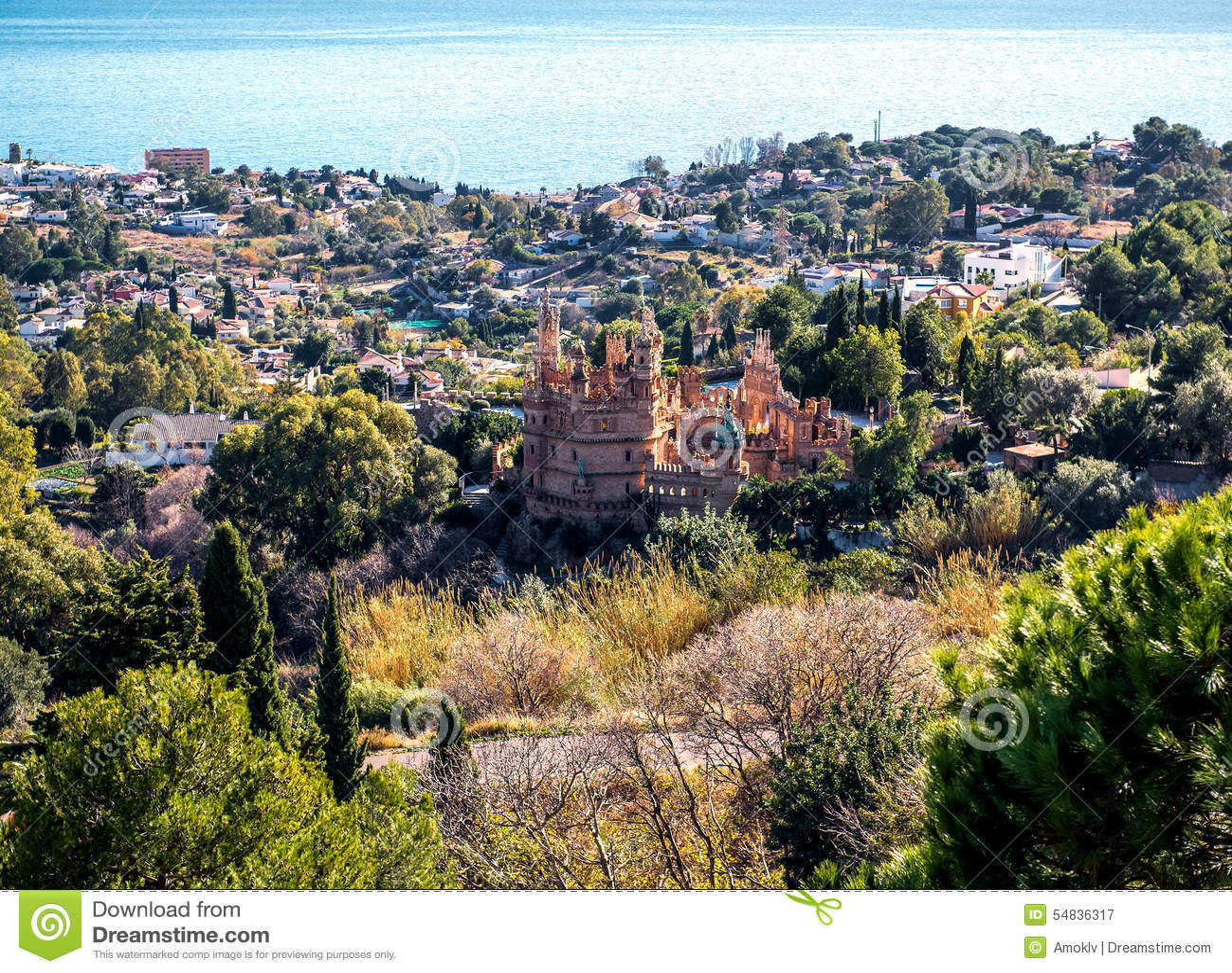 Benalmadena镇的看法和Colomares防御