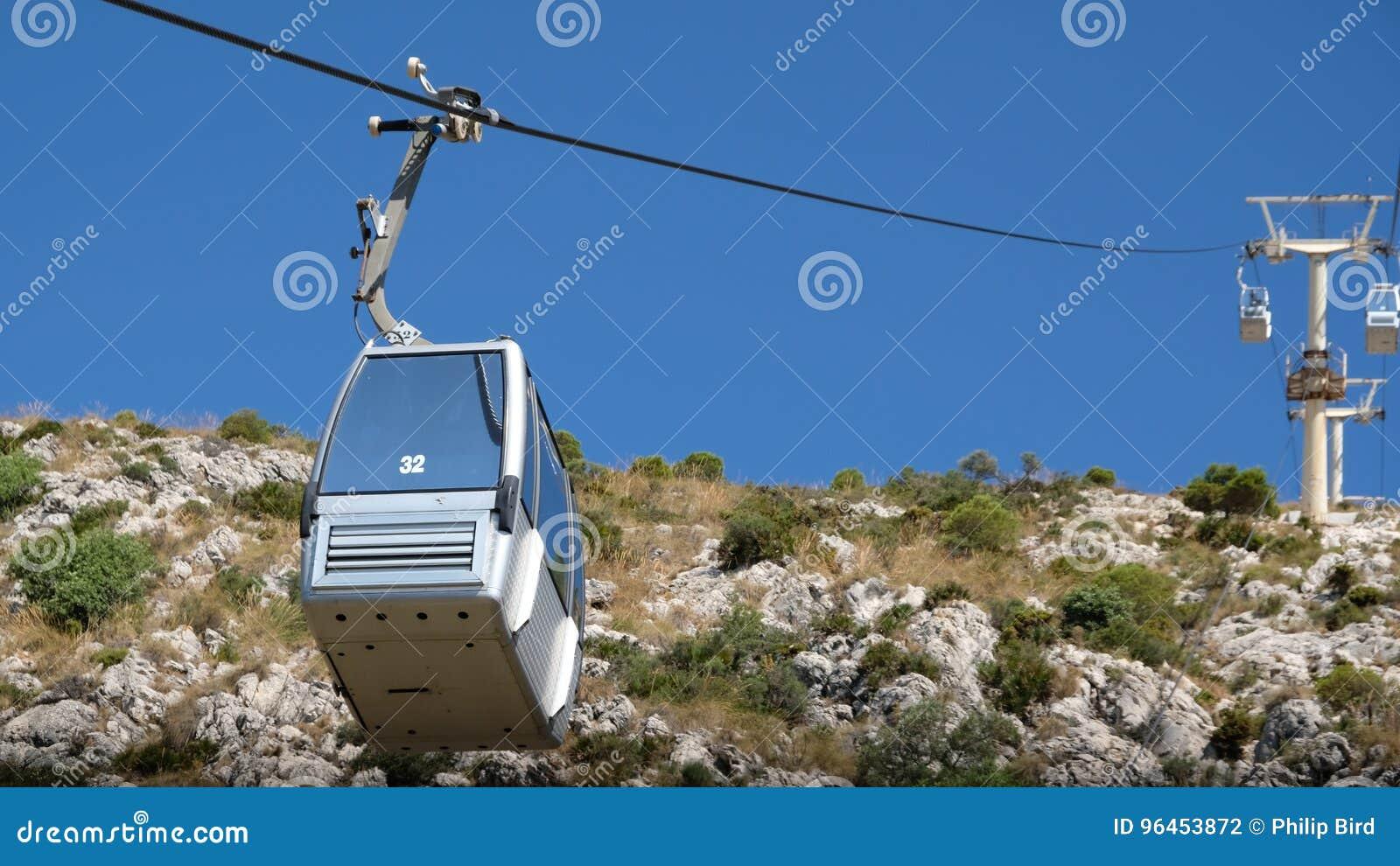 BENALMADENA, ANDALUCIA/SPAIN - 7月7日:登上Calam的缆车